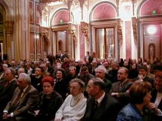 Blick über das sitzende Publikum zur Eröffnung.