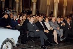Publikum bei der Eröffnung in Theaterbestuhlung sitzend.