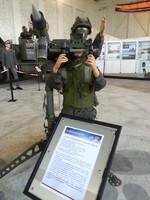 Fliegerabwehrkanone von vorne, zwei Puppen in Uniform stehen dabei bzw. dahinter.
