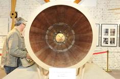 Frontansicht eines Holzrohrs auf einem Ausstellungstisch, Bauteil eines historischen Fluggeräts.