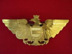 Bundesadler als goldene Brosche.