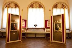 Ordensschmuck im Maria Theresien-Saal.