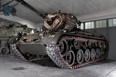 Panzerfahrzeug in Garage