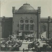 Schwarz-weiß-Foto der Außenfassade des Museums mit deutschen Soldaten und Hakenkreuz-Flaggen aus der NS-Zeit