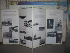 Schauwand mit Info-Texten und Schwarz-Weiß-Fotos von Flugzeugen.