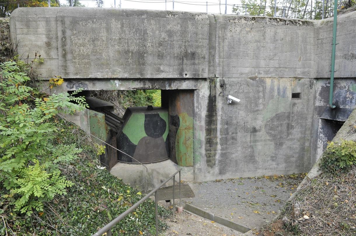 Eingang zur Bunkeranlage aus Beton mit Überwachungskamera.