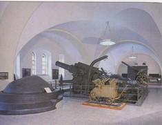 Panzerkuppeln und Geschütze im Ausstellungsraum.
