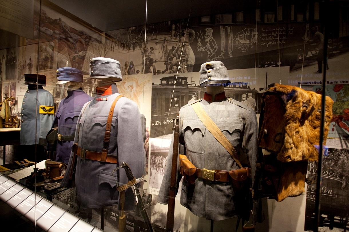 Vitrine mit vier unterschiedlichen Uniformen.