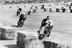 Schwarz-Weiß-Foto eines Motorradrennens.