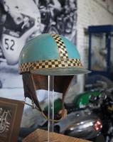 Historischer Motorradhelm.