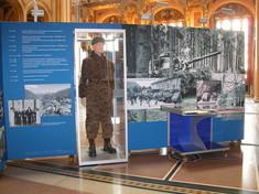 Mobiler Schauquader mit aufgedruckten Texten und Fotos von Bundesheereinsätzen und einer Uniform.