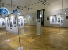 Infotafeln mit Fotos im Raum aufgestellt.