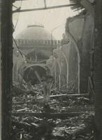 Schwarz-weiß-Foto eines zerstörten Museumsflügels.