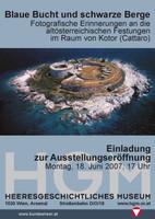 """Ausstellungsplakat """"Blaue Bucht und schwarze Berge. Fotografische Erinnerungen an die altösterreichischen Festungen im Raum von Kotor (Cattaro)"""" mit Foto der Anlage von oben."""
