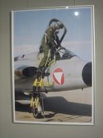 Gerahmte Fotografie mit einem Soldaten, der in einen Draken steigt.