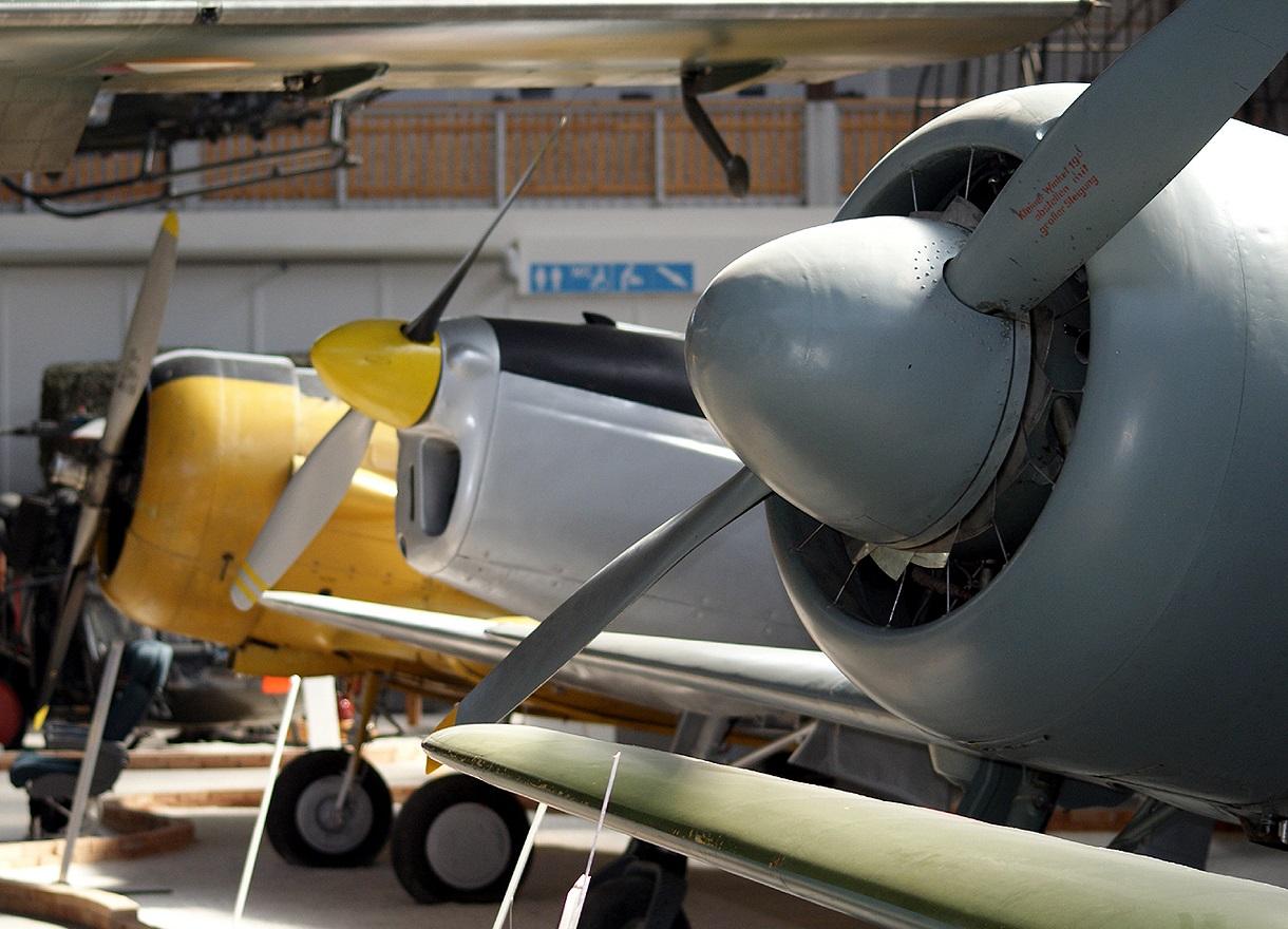 Drei Propellermaschinen nebeneinander.