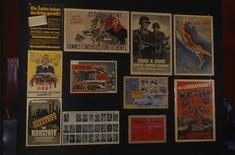 Verschiedene Plakate aus der Kriegs- und Nachkriegszeit auf einer Schauwand.