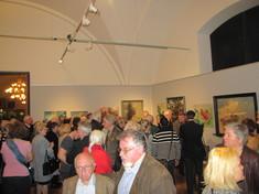 Viele Besucher im Ausstellungsraum.