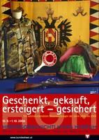 """Ausstellungsplakat """"Geschenkt, gekauft, erworben – gesichert"""" mit Camouflagejacke und Flagge mit Doppelkopfadler."""