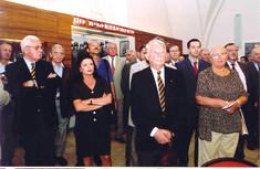 Besuchergruppe von Männern und Frauen stehen im Ausstellungsraum.