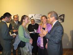 Kurator erklärt einer Besuchergruppe in der Ausstellung etwas.
