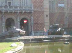 Zwei Panzer mit Österreich-Fahnen vor dem Heeresgeschichtlichen Museum.