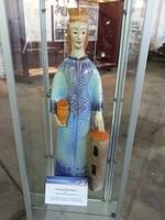 Kleine Statue der Heiligen Barbara in einer Vitrine.
