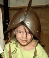 Kleines Mädchen mit Ritterhelm am Kopf