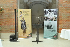 Ankündigungsplakate vor dem Museum.