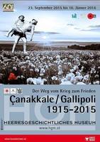 """Ausstellungsplakat """"Çanakkale/Gallipoli 1915-2015 – Der Weg vom Krieg zum Frieden"""" mit einem Soldaten, der einen verletzten Kameraden in den Armen trägt auf einer Blumenwiese."""