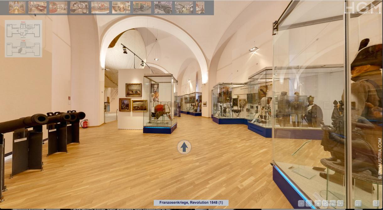 360°-Grad-Tour im Ausstellungsraum zwischen Vitrinen.