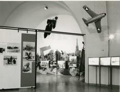 Schautafeln mit Fotos, an der Decke Modelle von Militärflugzeugen.